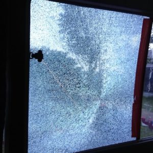 人の不幸は蜜の味!旅先で車のガラスが飛び石で割れその対処法は?