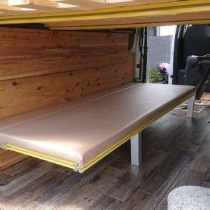 ハイエースに自作で跳ね上げベッドを作った。私なりには自画自賛。